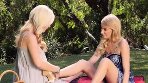 Pornstar Penelope Lynn queening Samantha Rone