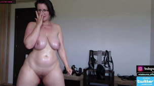 Big ass woman caresses her hole on camera